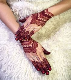 Stylish Wrist Mehndi Design Mehndi henna designs are always searchable by Pakistani women and girls. Women, girls and also kids apply henna on their hands, feet and also on neck to look more gorgeous and traditional. Dulhan Mehndi Designs, Mehandi Designs, Rajasthani Mehndi Designs, Mehndi Designs Feet, Khafif Mehndi Design, Mehndi Designs 2018, Mehndi Designs For Girls, Stylish Mehndi Designs, Mehndi Design Pictures