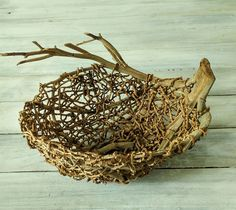 how to do bangalow palm baskets Twig Crafts, Nature Crafts, Wood Crafts, Arts And Crafts, Weaving Projects, Weaving Art, Weaving Patterns, Willow Weaving, Basket Weaving