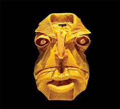 Bela Borsodi crée des visages en arrangeant soigneusement des vêtements.