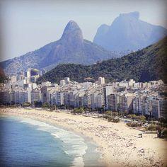 """ADRIANA LISBOA, BLU CORVINO """"Se torno indietro nel tempo, ho la sensazione di essere nata a Rio de Janeiro. Più precisamente sulla spiaggia di Copacabana – proprio lì, sulla sabbia, tra i piccioni e la sporcizia che vi lasciavano i bagnanti. Penso a Copacabana. Chiudo gli occhi e anche se sto ascoltando Acoustic Arabia e ho acceso un bastoncino di incenso giapponese come quelli che si trovano nei templi buddisti, quello che arriva ai miei sensi, attraverso i ricordi, è un vago odore di mare…"""