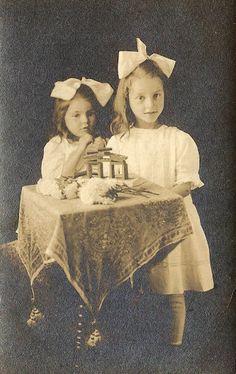 2 Victorian girls