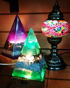 LAMPARA CON LUZ Y ORGONITA. Resin Crafts, Resin Art, Jewelry Crafts, Rare Gemstones, Crystals And Gemstones, Healing Stones, Projects To Try, Arts And Crafts, Emotional Healing
