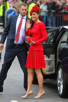 La duquesa de Cambridge, de rojo intenso en las celebraciones del Jubileo de Isabel II, con un look de Alexander McQueen, tocado de Silvia Fletcher y salones nude de L.K. Benett