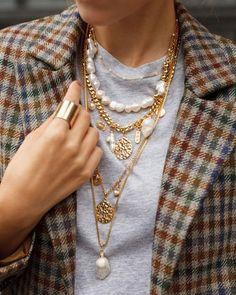 Las perlas se han considerado durante mucho tiempo como una piedra para las mujeres maduras. Por lo tanto, hay mujeres que les da miedo usar las joyas con perlas. Y decimos: ¡en vano! Solo mira las ideas modernas. ¡Estas joyas no añaden años adicionales y se ven muy elegantes Gold Jewelry, Jewelry Accessories, Fashion Accessories, Fashion Jewelry, Jewellery, Jewelry Shop, Jewelry Stores, Coin Pendant Necklace, Cluster Necklace