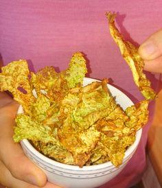 Diese Wirsing Chips sind mit nur 2g Kohlenhydraten pro 100g eine super leckere Low Carb Alternative zu traditionellen Chips mit 49g Kohlenhydraten pro 100g.