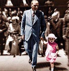 Bu Babalar Günü'nde güzel ülkemin atası manevi babası Atatürk'ü anmak istedim.  Her şeye rağmen uygar kalmayı başaran bir ülkede yaşıyorsak Avrupa'nın yüzyıllar içinde oluşturduğu yeme içme kültürü düzeyine sadece 40-50 yıl içinde ulaşmayı başardıysak hep onun dev vizyonu sayesinde (: Atatürk manevi kızı Ülkü Adatepe'yi gezdiriyor)  Tüm babalara evlatlarıyla geçireceği mutlu bir gün diliyorum #Atatürk #BabalarGünü