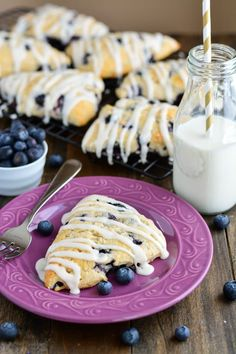 These buttery, moist, and tender homemade Blueberry Scones are perfect for a weekend brunch. Made w/ sour cream & butter, these pastries are perfectly flaky & moist. Baking Recipes, Dessert Recipes, Scone Recipes, Delicious Desserts, Yummy Food, Little Lunch, Blueberry Recipes, Blueberry Scones Recipe, Cookies Et Biscuits