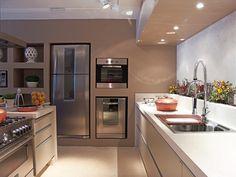 Bancadas com grandes espaços. Facilitam o preparo das refeições e são super práticas para manter uma cozinha sempre limpa e bem organizada.