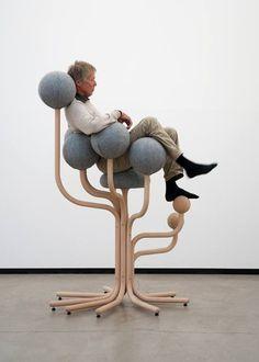 ノルウェーのデザイナーPeter Opsvikさんが29年前にデザインしたのが「Globe Garden」という椅子。高いところで170cmあるため登るのが大変そう。しかし座ってしまえばすっぽりと収まりなかなかに快適そうにみえる。