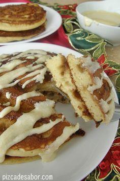 Hot cakes estilo roles de canela | http://www.pizcadesabor.com/2012/12/24/hot-cakes-estilo-roles-de-canela/