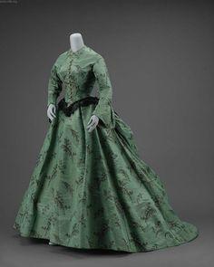 1865 - robe en taffetas moiré vert - Robe en deux parties corsage et jupe. Victoria et Elizabeth
