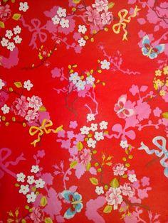 Behang, rode achtergrond met zoete bloemetjes, vlinders en strikjes