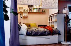 Deine Wohnung deckt nicht ganz deine Bedürfnisse? Hier erfährst du, wie du im Wohnzimmer mithilfe von Rollos und etwas kreativer Aufbewahrung Platz für ein Schlafzimmer schaffen kannst.