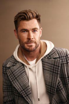 Chris Hemsworth Shirtless, Australian Actors, People Magazine, Chris Evans, Hugo Boss, Sexy Men, Men Casual, Celebs, Hair Styles