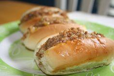 Passer au tamis pour enlever le surplus de gras... Appetizer Sandwiches, Wrap Sandwiches, Appetizer Recipes, Appetizers, Ground Beef Recipes, Pork Recipes, Cooking Recipes, Meat Bun, Cooking