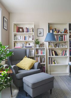Comfy Nook Design Ideas You'll Want To Crawl Into Immediately 03 lesezimmer einrichten Corner Reading Nooks, Reading Areas, Book Nooks, Cozy Reading Rooms, Comfy Reading Chair, Bedroom Corner, Book Corners, Reading Corners, Home Libraries