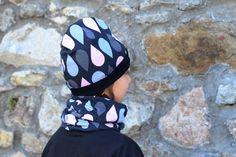Oboustranná čepice růžové a šedé kapky vel. 48cm Oboustranná čepice lehce prodlouženého střihu ušitá zúpletů certifikovaných pro děti do tří let. Na jedné straně jsou šedé a růžové kapky na černém podkladu, na druhé černý úplet. Čepici lze nosit ohrnutou nebo bez ohrnutí. Díky pružnému materiálu se dobře přizpůsobí tvaru hlavy. Složení: 95% bavlna, 5% ...