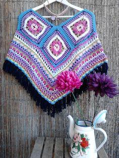 Poncho feito à mão em crochet  € 48,50