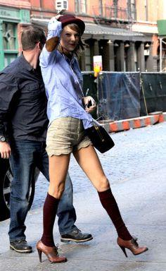 Ihanan Taylor Swiftin asun voi kopioida vaikka suoraan. Beiget sortsit ja vaaleansininen paitapusero ovat klassisen naisellisia. Sävy-sävyyn...