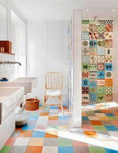 kleines badezimmer mit fliesenlack - bunte farbtünungen in der duschkabine archzine.de
