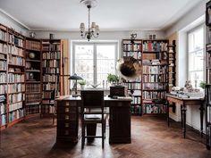 Spana in Edward Bloms lägenhet – insidan förvånar inte Dream Apartment, Apartment Ideas, Studio Living, Book Corners, Bedroom Desk, Reading Nook, House Rooms, Living Room Interior, Decoration