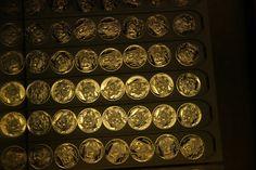 Stibrna pametni medaile k ucteni 700. vyroci narozeni Karla IV. se pysni mimoradne detailnim designem Coins, Personalized Items, Coining, Rooms