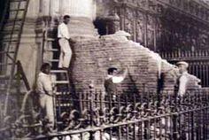 Fotografía de las obras de retirada del muro levantado para proteger el Coro de la Catedral. La Guerra Civil Española tuvo una duración aproximada de 7 meses, desde el 18 de Julio de 1936 hasta el 8 de Febrero de 1937, cuando la ciudad es tomada por las tropas sublevadas.