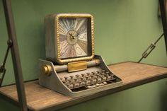 Ceas de masa Typewriter #homedecor #interiordesign #inspiration #style #retro #glamour Glamour, Interiores Design, Retro, Modern, Vintage, Trendy Tree, Vintage Comics, The Shining, Retro Illustration