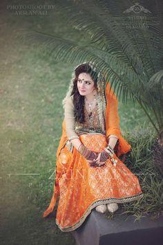Pakistani Mehndi Dress, Bridal Mehndi Dresses, Pakistani Wedding Dresses, Bridal Outfits, Muslim Women Fashion, Indian Fashion, Gq Fashion, Ethnic Fashion, Pakistan Bride