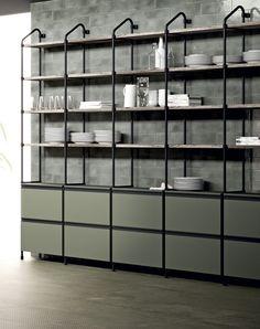 Les structures tubulaires en fer permettent l'insertion d'étagères et l'alternance de niches ouvertes et de rangements fermés. Scavolini et Diesel