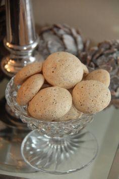 Julekyss er marengs med sjokolade og marsipan. De er veldig gode, sprøe på utsiden og seige på inni. Supre å gi i julegave eller server gjester i julen. Julekyss:20-25 stk 3 eggehviter 150 g melis 125 g marsipan 200 g mørk sjokolade Ha eggehvite og halvparten av melisen i en bolle. Pisk til stiv marengs. …