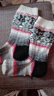 Eweliinan hoppailut: Kirjoneuleen saloja, lankadominanssi Kissa, Leg Warmers, Legs, Knitting, Fashion, Leg Warmers Outfit, Moda, Tricot, Fashion Styles