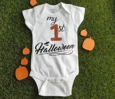 Baby Halloween Outfits, Baby First Halloween, Halloween Onesie, Happy Halloween, Halloween Vinyl, Primer Halloween, Halloween 2020, Onesies, Baby Onesie