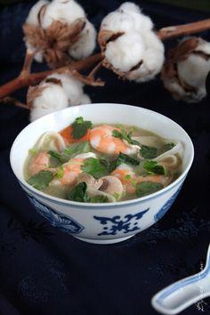 Easy recipe of shrimp soup Thai style Bouillon Thai, Thai Shrimp Soup, Crispy Smashed Potatoes, Soup Recipes, Cooking Recipes, Chicken Corn Chowder, Asian Recipes, Ethnic Recipes, Exotic Food
