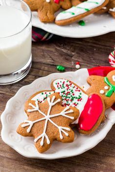 Gingerbreads: These soft gingerbread cookies are a must for the holidays. They're perfectly spiced with soft centers and the perfect gingerbread taste. The best gingerbread men I've ever tried! Soft Gingerbread Cookies, Gingerbread Men, Christmas Gingerbread, Christmas Treats, Christmas Baking, Christmas Cookies, Royal Icing Decorations, Cookie Decorating, Cookie Recipes