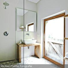 Der gesamte Boden im Bad wurde mit Kieselsteinen ausgelegt.