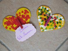 Pour la fête des Mères : coeur découpé dans carton épais, peint par lenfant, et collage dune pince à linge en bois peinte par lenfant (une photo peut y être mise)