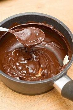 Cobertura de chocolate cremosa para tortas Chocolate Fondant, Chocolate Ganache, Chocolate Desserts, Frosting Recipes, Cake Recipes, Dessert Recipes, Smores Cake, Cake Fillings, Sweet Sauce