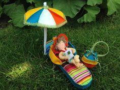 """Een DIY viltpakket: Een """"flipflop"""" slipper als zonnematras gemaakt van vilt, dik naaldvilt en een vrolijk gestreept stofje. Liggend op deze slipper onder haar parasol een meisje in haar gebloemde bikini met zonnehoed. Ze ligt te luisteren naar muziek op haar """"appelphone"""". Haar badtas in de kleuren van de parasol staat naast haar. Picnic Blanket, Outdoor Blanket, Picnic Quilt"""
