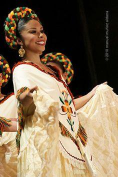 .Hermoso traje de las mujeres huastecas .La region huasteca. Se estiende por los estados de Veracruz , San Luis Potosi , Hidalgo y Tamaulipas.