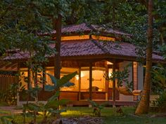 A sustentabilidade é um forte pilar do hotel para preservar esse paraíso. O Cristalino Lodge oferece um turismo de impacto mínimo, com aquecimento solar da água, tratamento dos efluentes, técnicas de permacultura, saídas de ar no telhado para ventilação natural, produtos biodegradáveis de limpeza, reciclagem e mais.