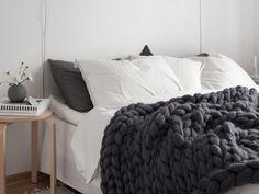 chevet peinture matte - Plaid Laine XXL // Hëllø Blogzine blog deco & lifestyle www.hello-hello.fr #wool #xxl #chunky