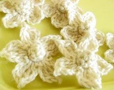 Free crocheting pattern: Akuas Daisies  I think they are kinda cute.  Might try them with crochet cotton instead of yarn.
