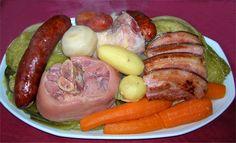 un superbe plat de Potée au Chou pour les repas d'hiver .... Ingrédients (pour 4 personnes) : . 1 Chou vert frisé -->. 400g de Jarret frais. 400g de Porc demi-sel (palette ou échine). 4 Saucisses Monbéliard. 4 Carottes. 4 Navets....