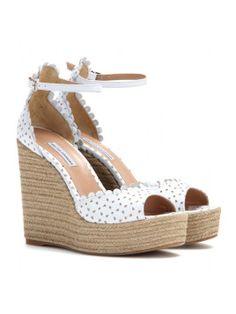Süße Wedge-Sandalen mit Lochmuster. Die besten Schuhe um stylisch durch den Sommer zu kommen.