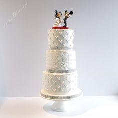 Bruidstaart Mickey en Minnie Mouse Disney icing dots en icing pattern roses Wedding Cake Mickey en Minnie Mouse Disney icing dots and icing pattern roses