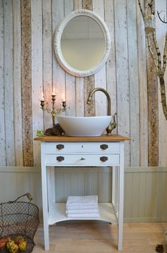 That wall is amazing Bathroom Ideas Vintage Shabby Chic, Shabby Chic Bedrooms, Shabby Chic Kitchen, Shabby Vintage, Bathroom Vanity Units, Bathroom Spa, Small Bathroom, Chic Bathrooms, French Bathroom