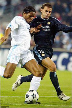 Didier Drogba (Olympique de Marseille) pursued by David Bravo (Real Madrid)