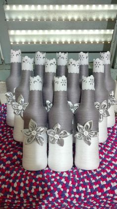 garrafa de vidro decorada com linha de crochê,barbante,flores feitas com tecido ou fitas de cetim. Feito a mão, opções e cores especificas via imbox.Faça seu orçamento.