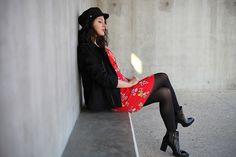 Look robe rouge, caban agnès b. boots Sarenza, casquette de marin.  Blog mode Paris France Strasbourg